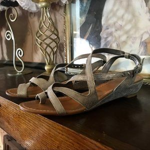 KATE SPADE STRAPPY LEATHER SANDALS (7.5M)
